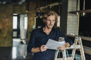 Man in bedrijfsruimte (UWV)